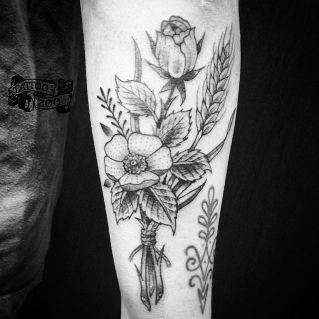 Little bouquet of spring flowers on a beautiful spring day!! (tattoo by @interstellarwhispers). Call 250-361-1952 to book.