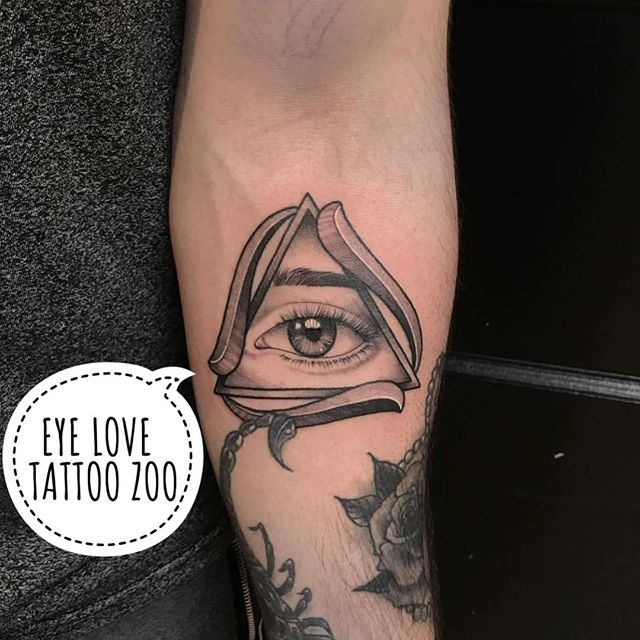  (tattoo by @marymadsentattoos) Visit 826 Fort St for your FREE consultation. We are open til 6pm.