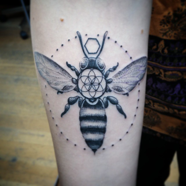A seeded and encircled bee. #tattoozoodotnet #blackworkerssubmission