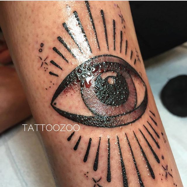 While @gerrykramer and Sarah went on a family trip to London UK - @tamitattoos was keeping an eye on the shop (see what eye did there?) Call 250-361-1952 to book some time!! 👁