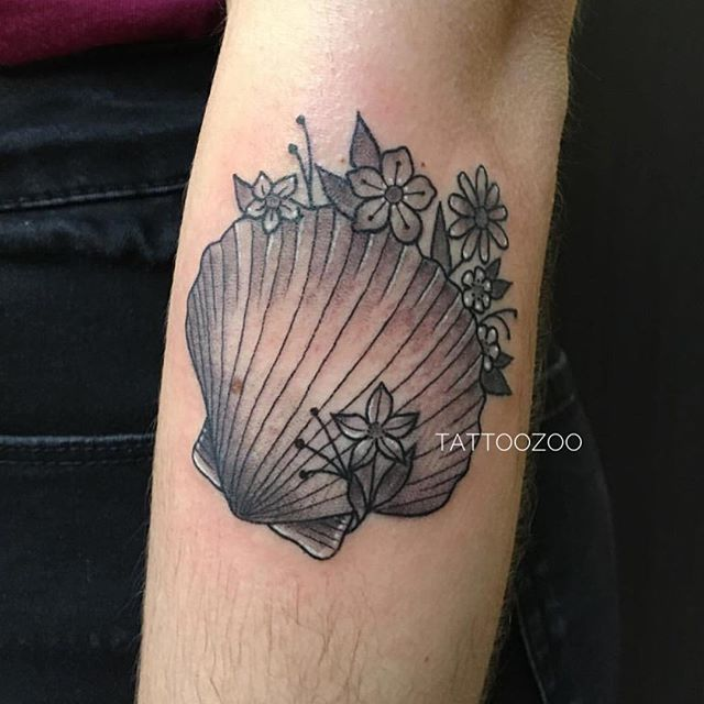 Why couldn't the Clam make new friends?🧜‍♀️ 🧜‍♀️ It's not because he was too shellfish, I think he just never opened up. 🤪 (tattoo by @angiedifrantattoos) Call 250-361-1952 to book time.